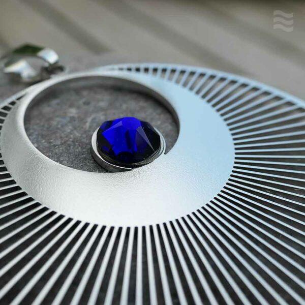 Anhänger Kornkreis Engel Edelstahl mit Swarovski blau Detail