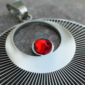 Anhänger Kornkreis Engel Edelstahl mit Swarovski rot detail