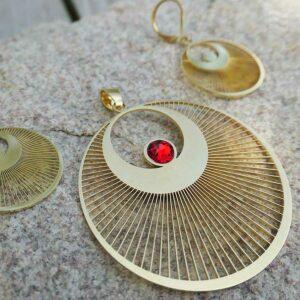 Anhänger Kornkreis Engel Edelstahl vergoldet mit Swarovski Kristall rot 50 mm